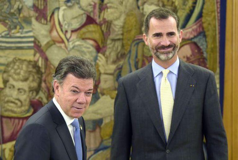 Santos na Espanha com o rei Felipe VI, durante sua viagem para conseguir apoio ao processo de paz na Colômbia.