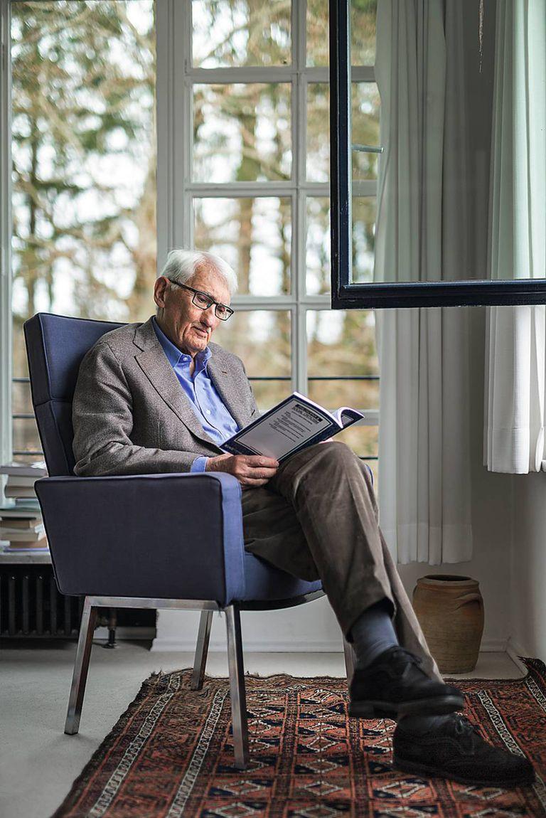 Jürgen Habermas lê na sala da sua casa em Starnberg, perto de Munique.