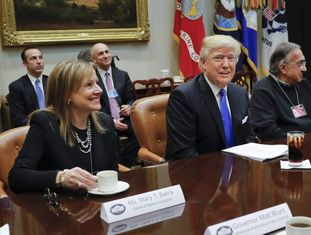 Donald Trump entre Mary Barra e Sergio Marchionne.