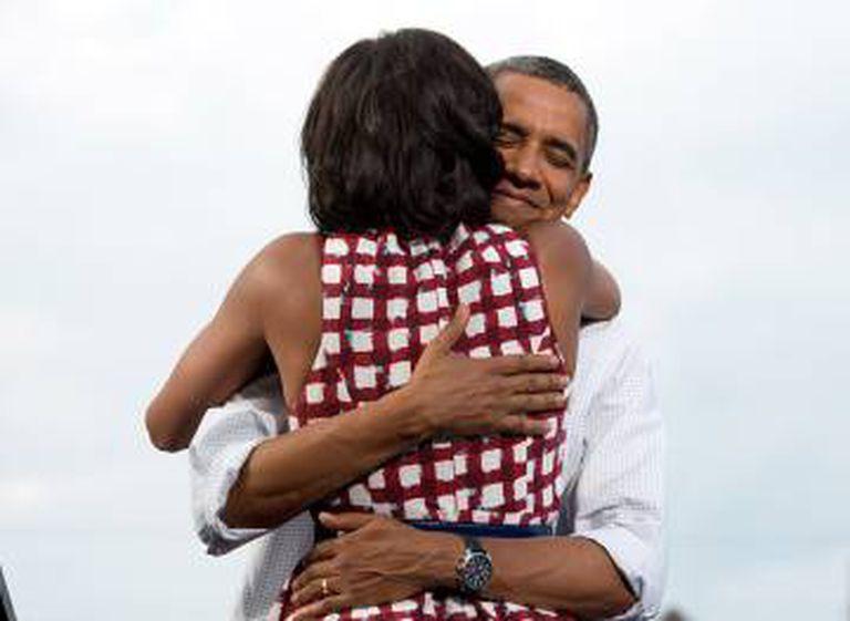 Obama abraça sua esposa depois de ganhar as eleições de 2012.