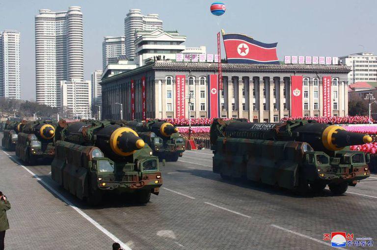 Mísseis Hwasong-12's são exibidos em parada militar no dia 8 de fevereiro. A foto foi divulgada nesta sexta (9) pela Coreia do Norte.