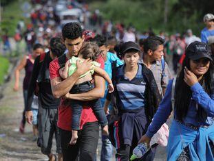 A caravana de imigrantes hondurenhos ao passar pela Guatemala.