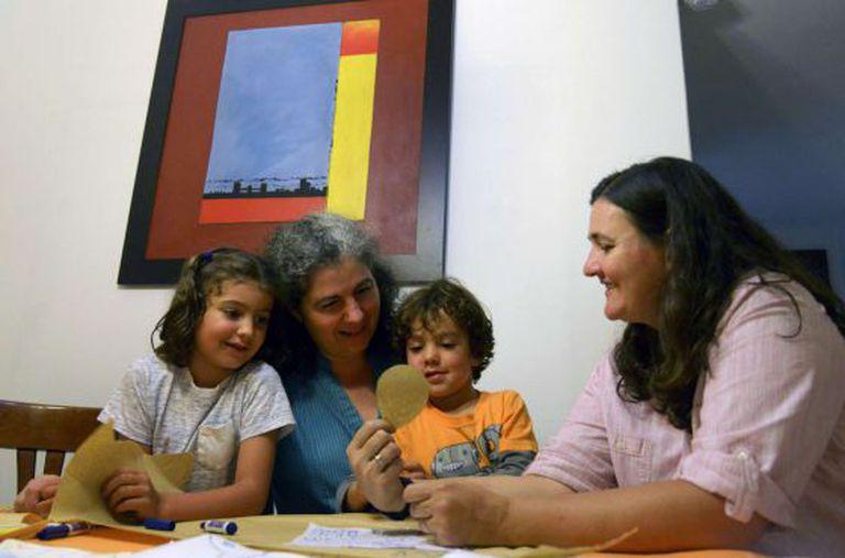 Um casal de mulheres colombianas com os filhos.