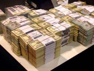 Os dólares guardados em dois cofres por Florencia Kirchner.