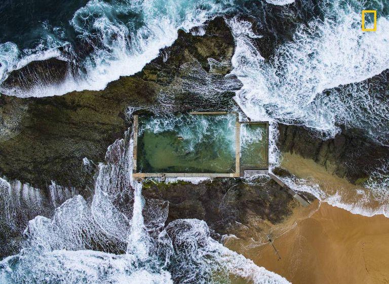 Piscina de rochas naturais em Sidney, Austrália.