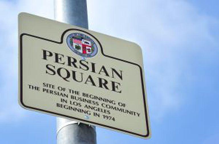 A placa que marca a origem da comunidade iraniana em Los Angeles, chamada oficialmente de Persian Square.