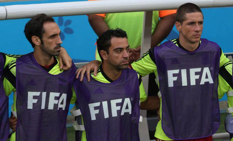 Xavi no banco de reservas junto a Juanfran e a Torres.