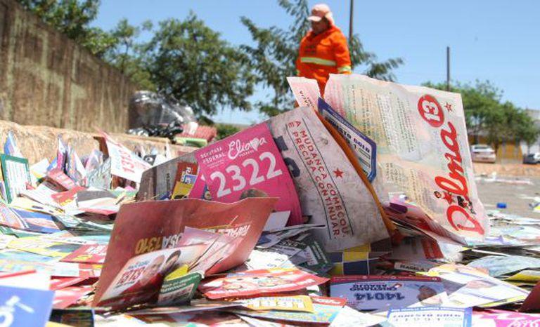Gari limpa a rua um dia após o primeiro turno de 2014, em Brasília.
