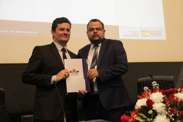 O ministro Sergio Moro recebendo carta de apoio ao projeto anticrime.