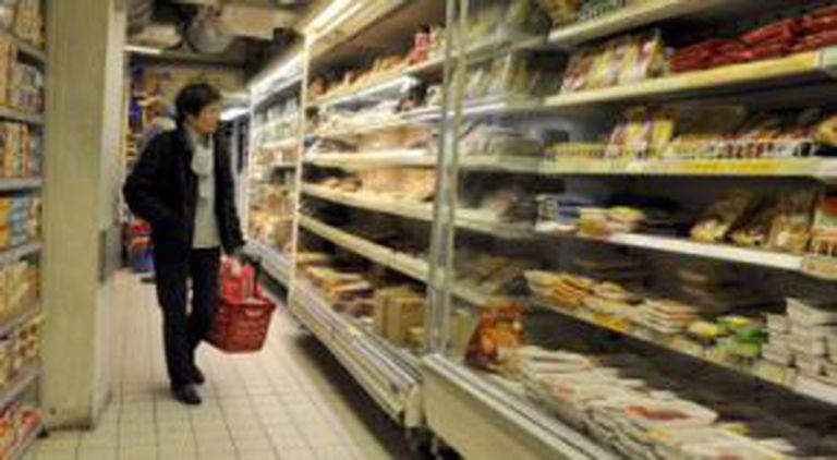 Uma mulher em um supermercado.