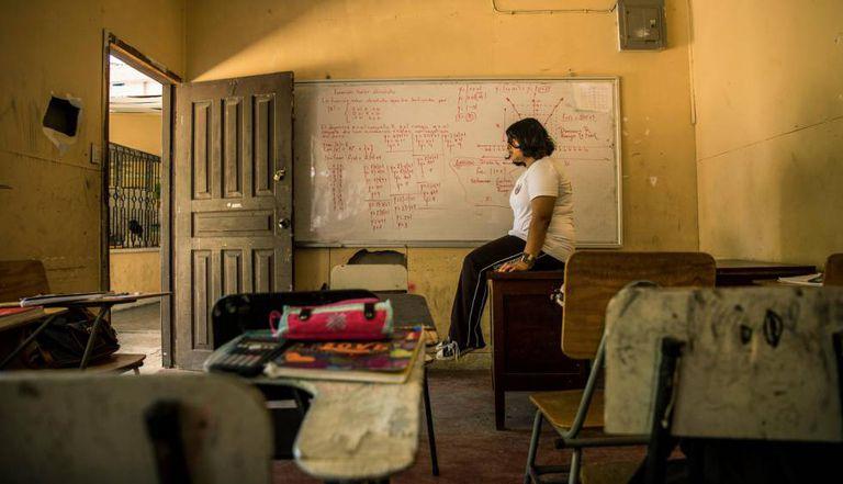 Geraldine Suzette Matute, de 16 anos, numa sala da sua escola, em Honduras. A menina foi vítima de 'bullying' em vários colégios, o que a levou a uma depressão.