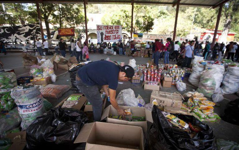 Familiares e normalistas recebem apoio na escola rural de Ayotzinapa.