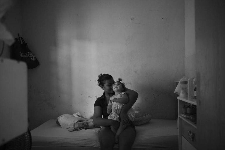 A brasileira Markione Gomes da Rocha, 29, e Pérola, 1, em Recife, onde a filha recebe tratamento para a microcefalia, causada pelo vírus da zika.