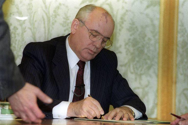 Gorbachov assina sua renúncia o 25 de dezembro de 1991.
