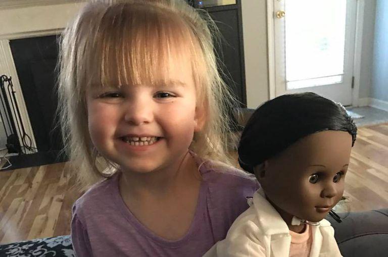 Sophia e sua boneca nova. Foto publicada no Facebook por Brandi Benner.