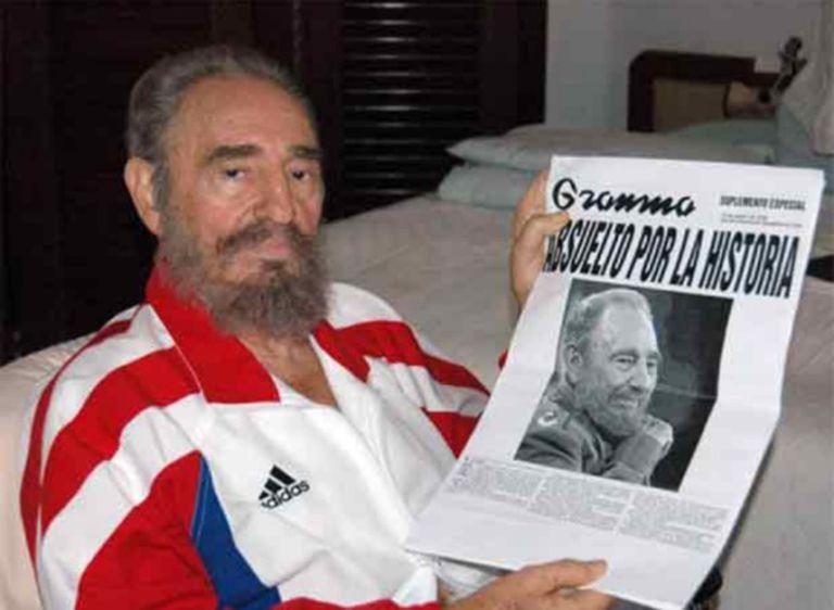 Fidel segura uma fotocópia do jornal 'Granma'.