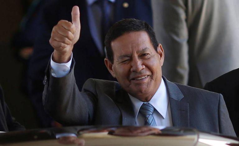 O vice-presidente Hamilton Mourão acena ao deixar o Palácio do Planalto no dia 24 de janeiro