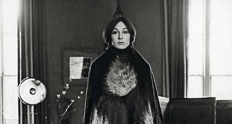 A atriz, vestida com uma capa, em uma fotografia tirada em 1972.