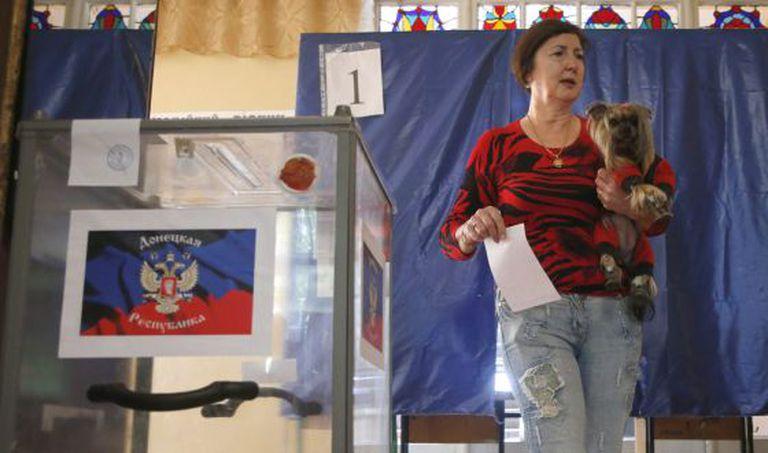 Uma mulher se dirige às urnas para depositar seu voto em Donetsk.