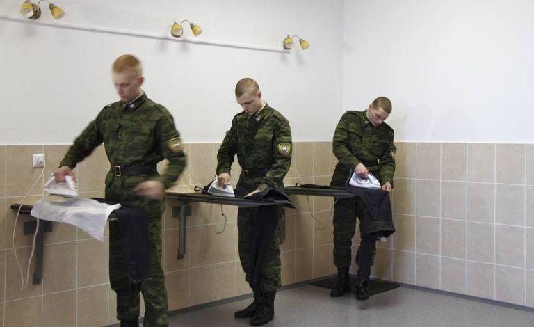 Soldados passam roupa em Moscou em 2012.