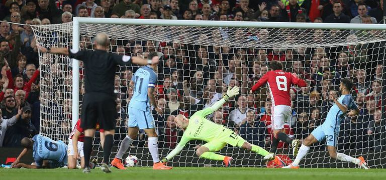 Mata marca o único gol da partida.