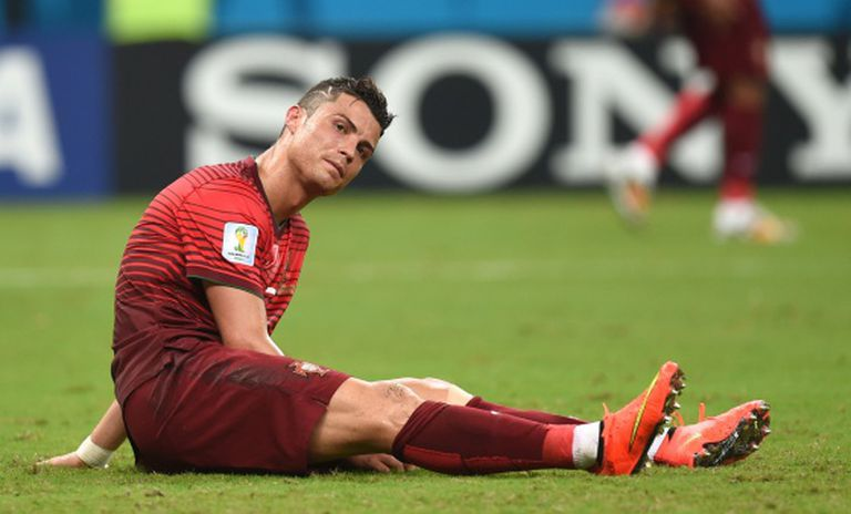 Cristiano Ronaldo, estendido sobre o gramado.