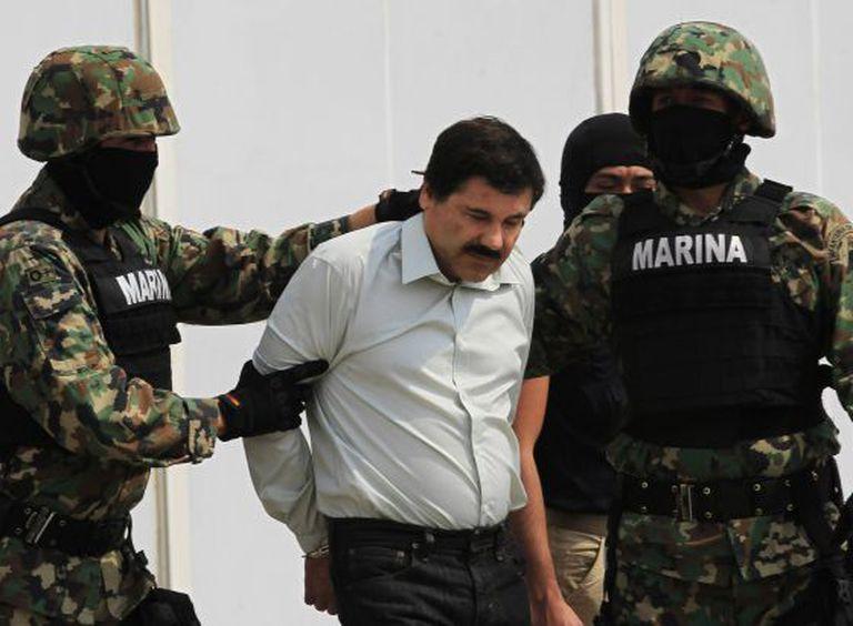 'El Chapo Guzmán' escoltado por soldados.