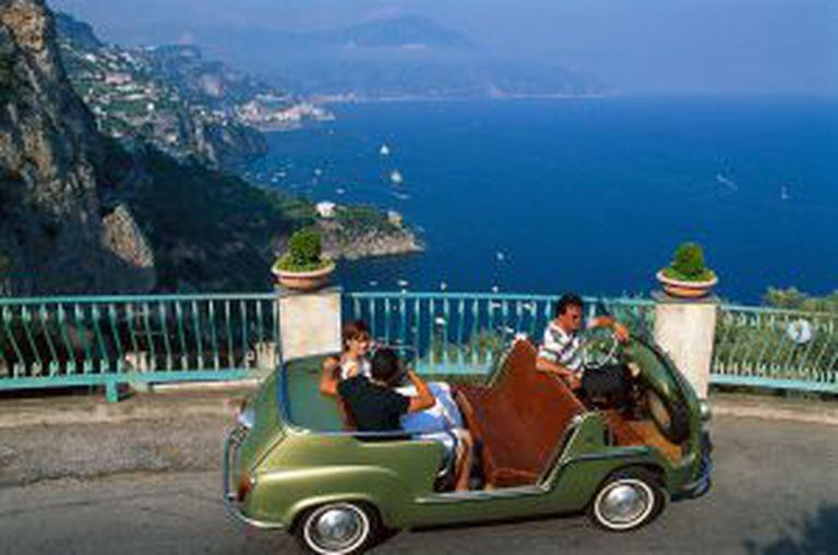 Passeio em um carro antigo pela Campania, na costa de Amalfi (Itália).