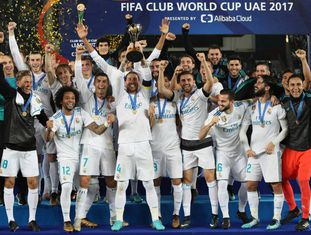 Real Madrid ergue o troféu do Mundial de Clubes