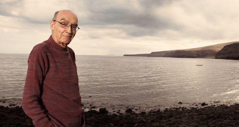 José Saramago, na praia Quemada, entre os municípios de Yaiza e Tías, em Lanzarote, Espanha, em uma imagem de 2007.