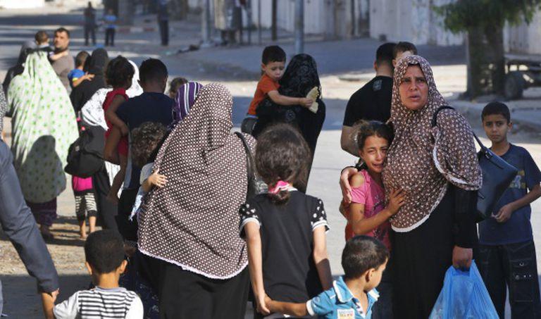 Vários palestinos fogem de suas casas no bairro de Shuyaiya, hoje em Gaza.