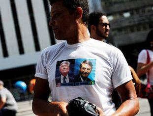 Apoiador de Bolsonaro usa camiseta com uma imagem de Donald Trump ao lado do ultradireitista