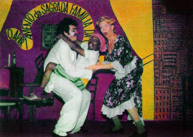 A atriz ao lado de Grande Otelo em 'O desembestado', obra de teatro que lhe rendeu um troféu Mambembe em 1979.