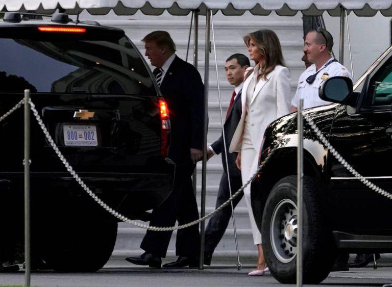 Donald Trump e sua mulher, Melania, saindo da Casa Branca no sábado.