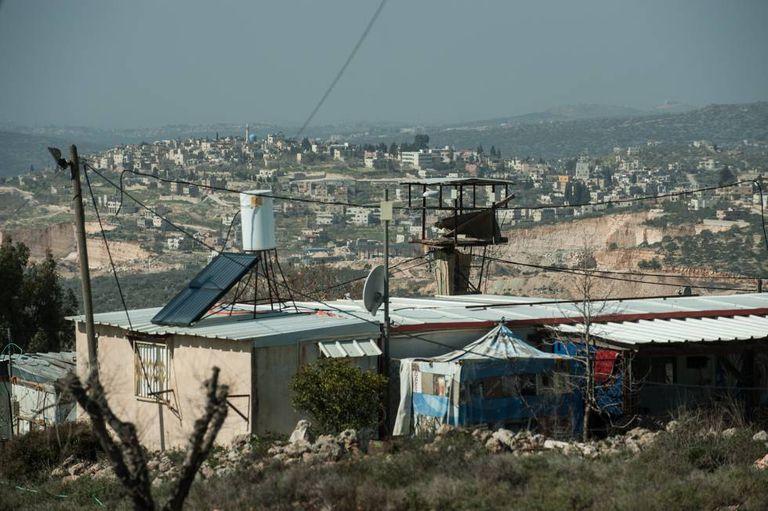 Casa pré-fabricada na região oeste de Kfar Tipuah. Ao fundo, os vilarejos palestinos de Jamain e Zeitun.