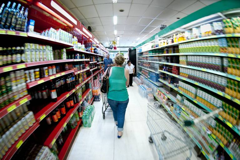 Brasileiro passou a gastar mais com alimentação em 2015.