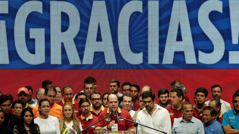 Julio Borges discursa para venezuelanos após a vitória no referendo