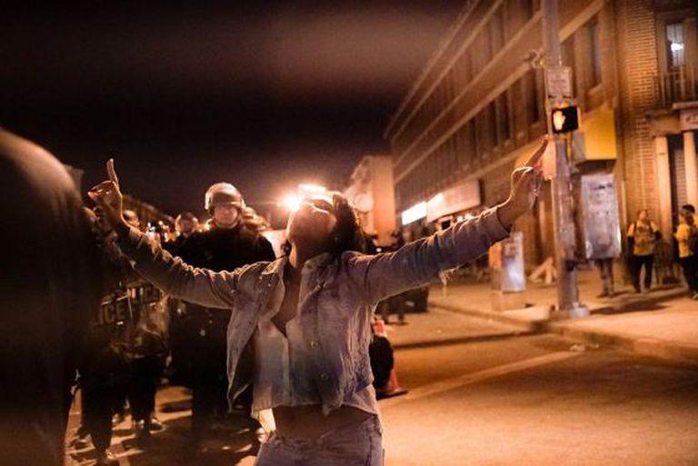 West Baltimore, na hora do toque de recolher.