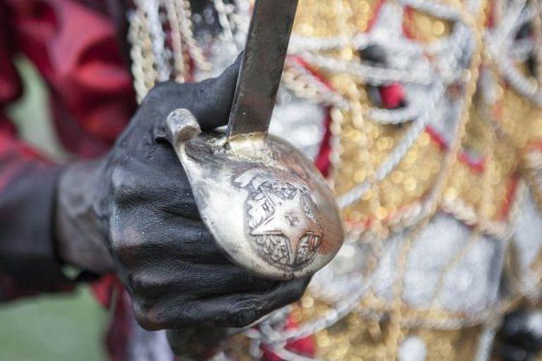 Mestre Zé Rolinha, rei dos Lambe Sujos, segura sua espada