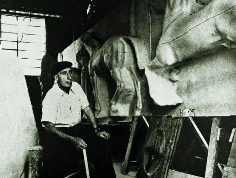 O escultor em seu ateliê, construindo a fachada do Jockey Club São Paulo.