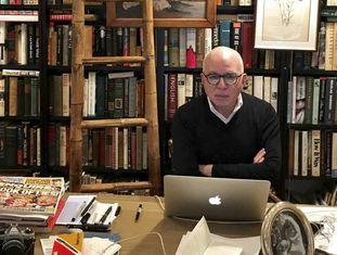 Michael Wolff em seu apartamento em Nova York.