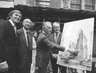Trump, primeiro da esquerda, em 1978 com 32 anos.