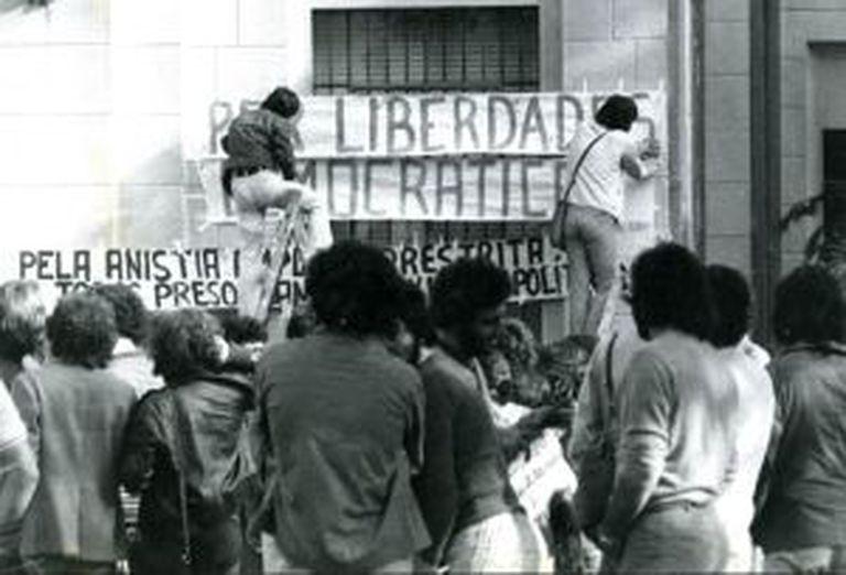 Estudantes colocam faixa na PUC-SP em 1977.