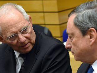 O ministro alemão das Finanças, Wolfgang Schäuble, conversa em Bruxelas com o presidente do BCE, Mario Draghi.