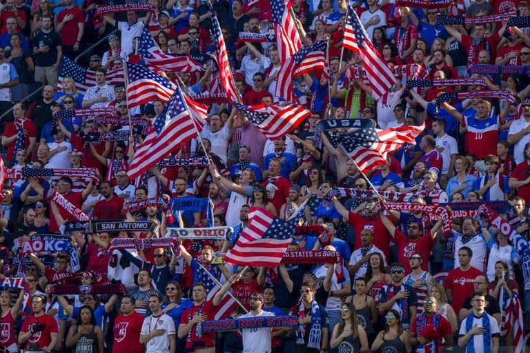Torcedores norte-americanos durante partida de sua seleção em Kansas em maio.