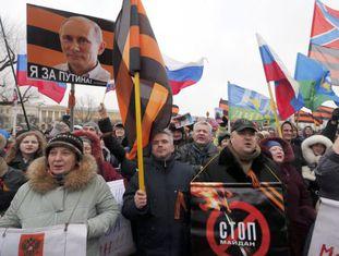 Milhares de russos marcham contra a queda do ex-presidente ucraniano.