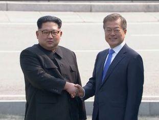 """Kim Jong-un é o primeiro líder da Coreia do Norte a ultrapassar a fronteira da península e pisar em solo sul-coreano. """"Por que não selamos a paz que seja um presente para o mundo? , disse Moon Jae-in"""
