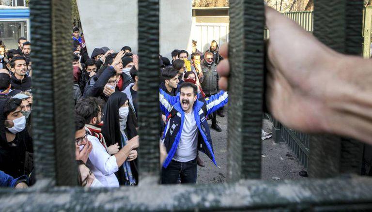 Universitários protestam em universidade Teerã.