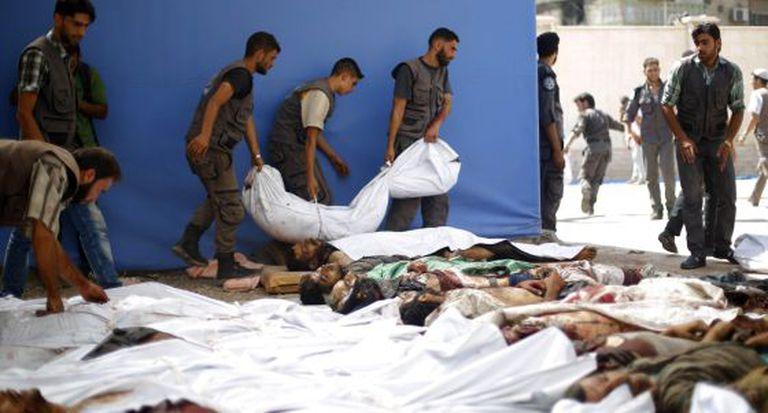 Corpos das vítimas dos bombardeios do regime sírio em Duma.