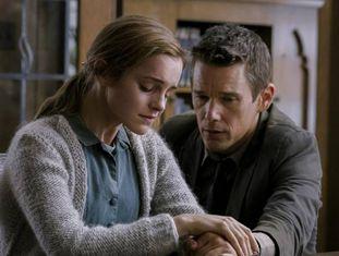 Emma Watson, uma das vítimas da manipulação de vídeos, com Ethan Hawke em um fotograma do filme 'Regressão', de Alejandro Amenabar.
